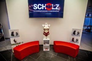 Unser Eingangs- und Wartebereich mit großer Info-Anzeige